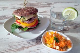 Veggie-Burger mit Salat
