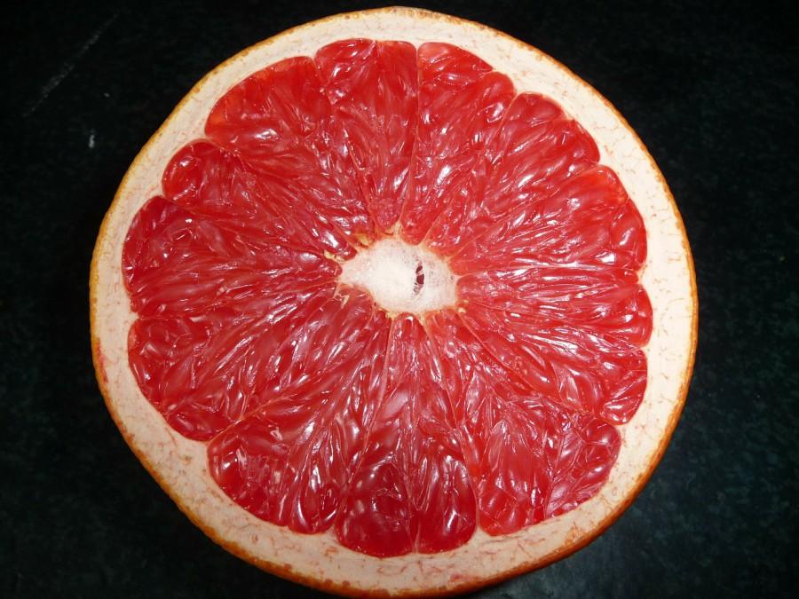 Wie viele andere Zitrusfrüchte verfügt die Grapefruit über einen hohen Vitamin C Gehalt und wenig Kalorien. Der Grund dafür ist ihr hoher Wasseranteil. Auch wenn wir Orangen und Co häufig im Winter essen, sind Zitrusfrüchte aufgrund ihrer kühlenden Wirkung perfekt für die wärmeren Tage im Jahr. Die herbe Note der Frucht begeistert nicht nur geschmacklich, sondern steht auch für gesunden Genuss. Der enthaltene Bitterstoff Naringin wirkt sich vor allem positiv auf Cholesterinwerte und die Fettverdauung aus.