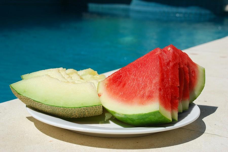 Der Klassiker schlechthin. Durch ihren hohen Wassergehalt ist die Melone auch ein super Durstlöscher. Wasserhaltiges Obst und Gemüse ist sehr zu empfehlen. Es spendet Feuchtigkeit, ist leicht verdaulich und belastet so den Körper nicht zusätzlich. Allein pur und in handgerechte Stücke geschnitten schmeckt die Wassermelone schon ausgezeichnet, aber auch püriert als Drink, im Salat oder aber als Eis in Kombination mit Chili kann sie überzeugen.